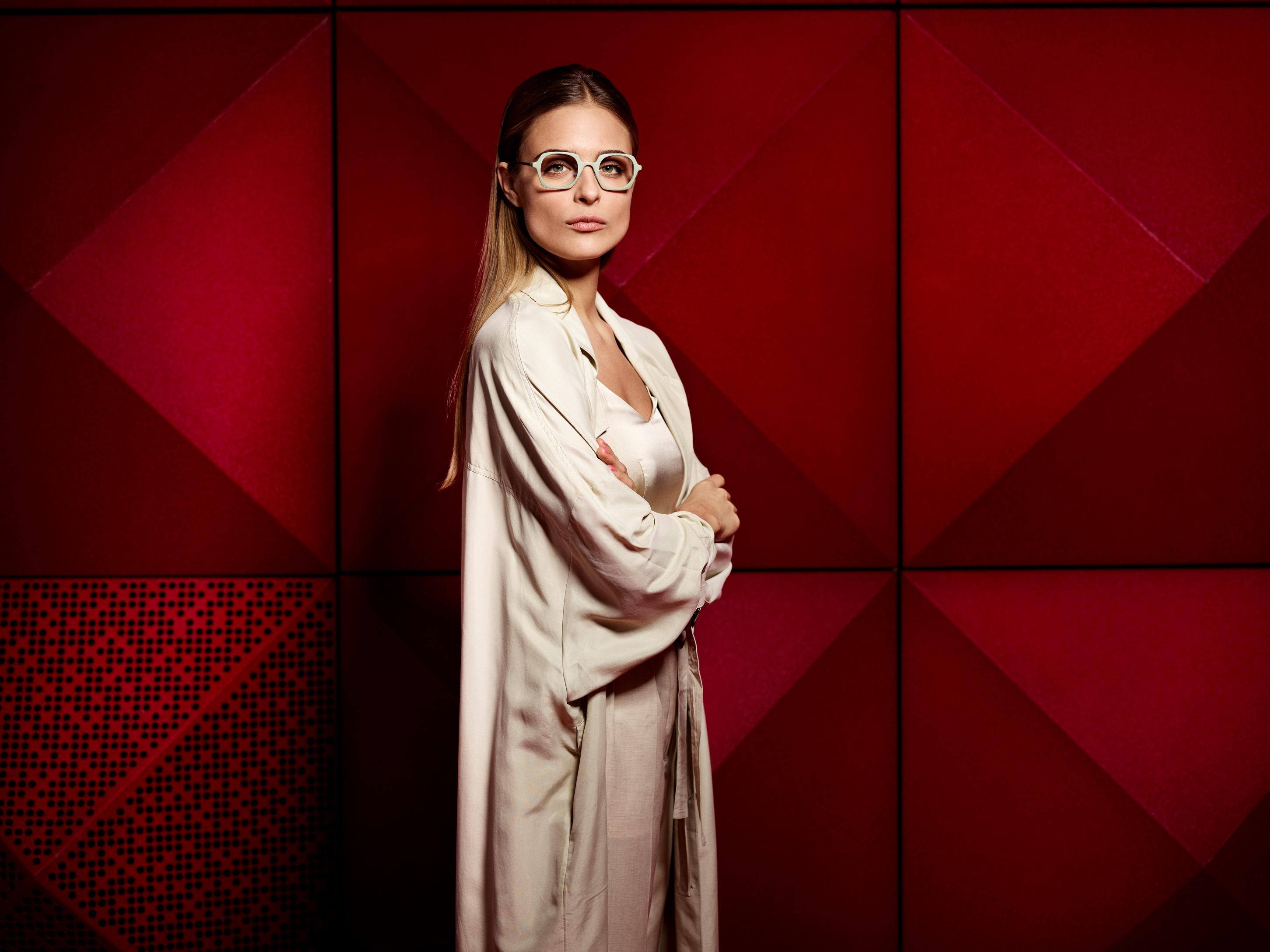 Monoqool Jazzman silmälasikehykset ja nainen.